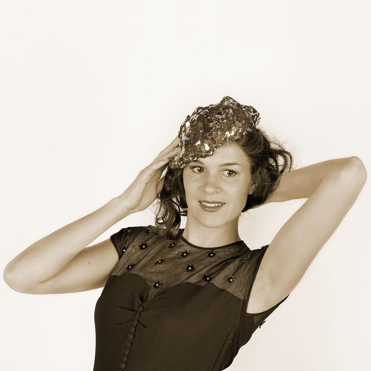 RetroCat Studiofotos mit 40er-Jahre-Hut