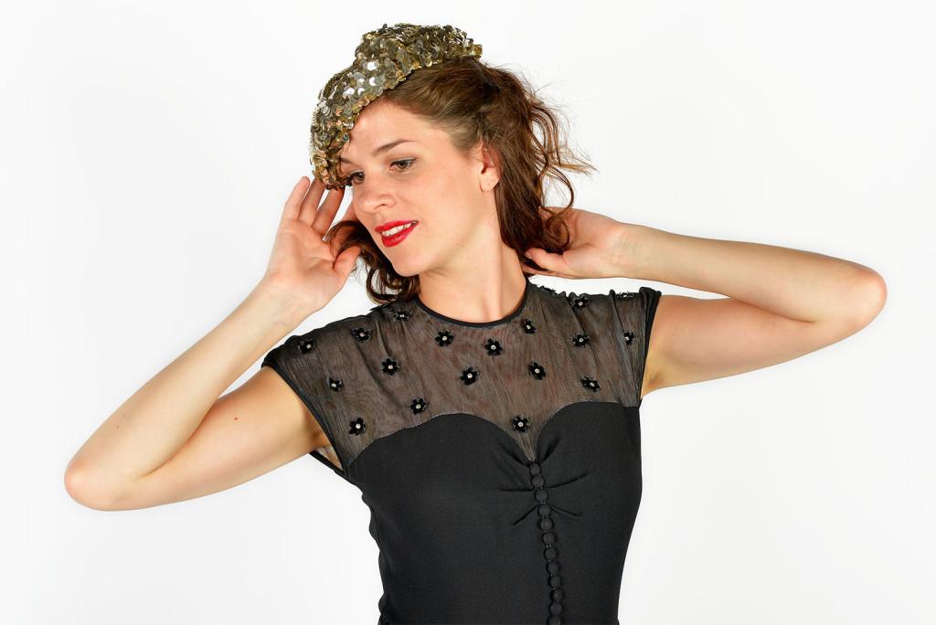 RetroCat im Studio mit Vintage-Hut und Kleid