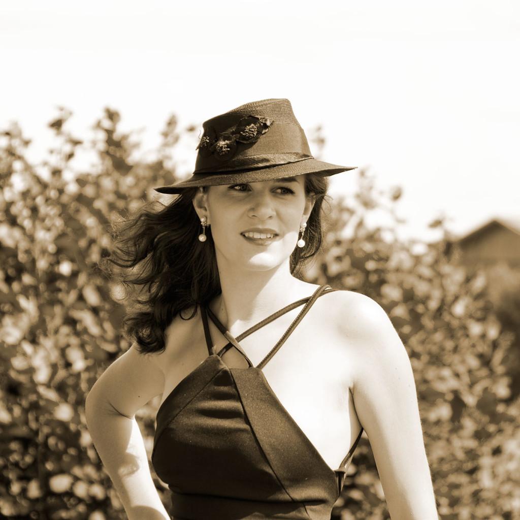 RetroCat mit offenen Haaren und Hut