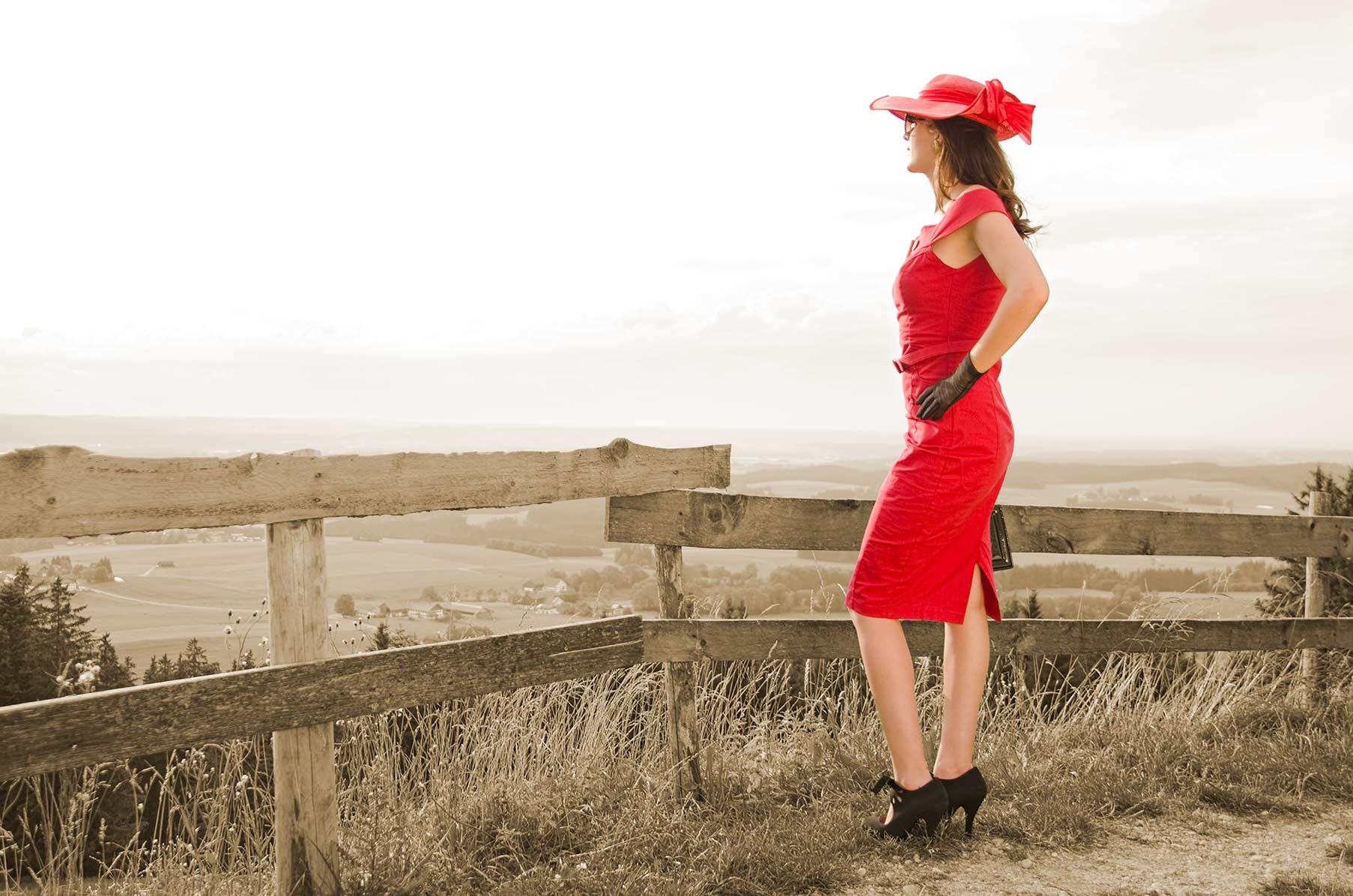 RetroCat im roten Kleid mit traumhaften Ausblick