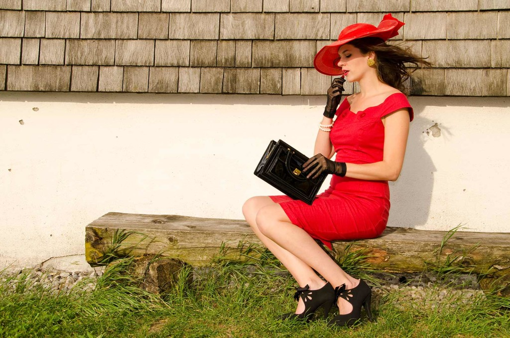 RetroCat mit Lippenstift und Kleid in Rot