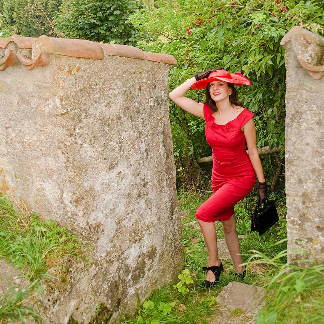 RetroCat mit rotem Kleid und Vintage-Hut