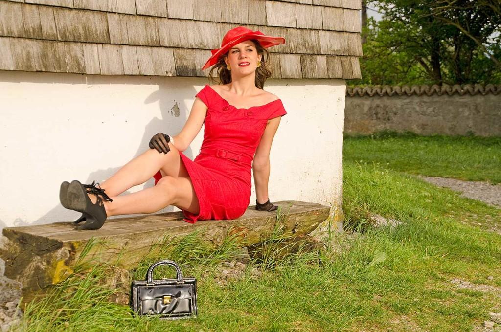 RetroCat im roten Kleid macht Pause