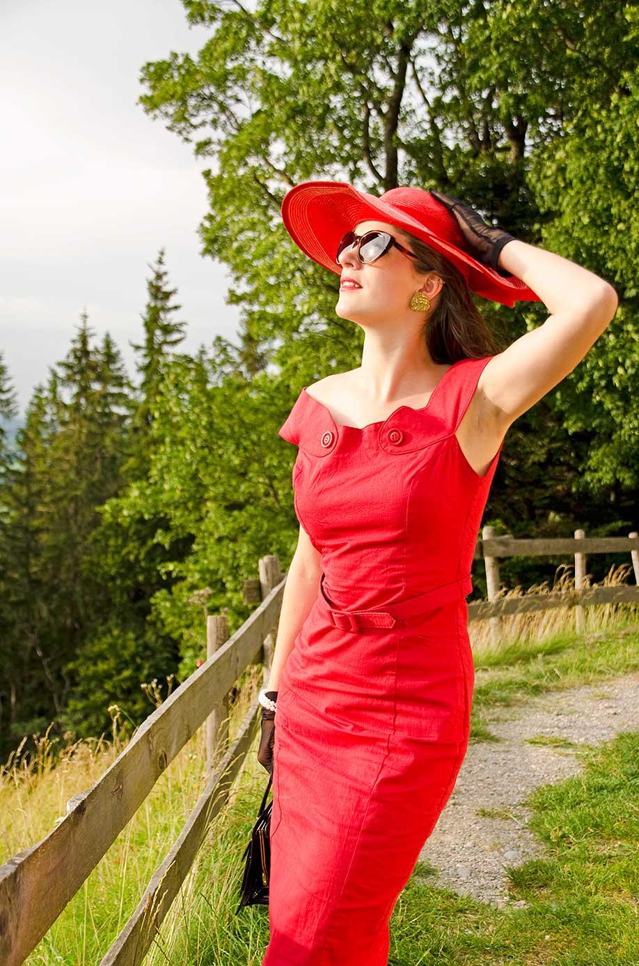 RetroCat mit rotem Kleid und Sonnenbrille