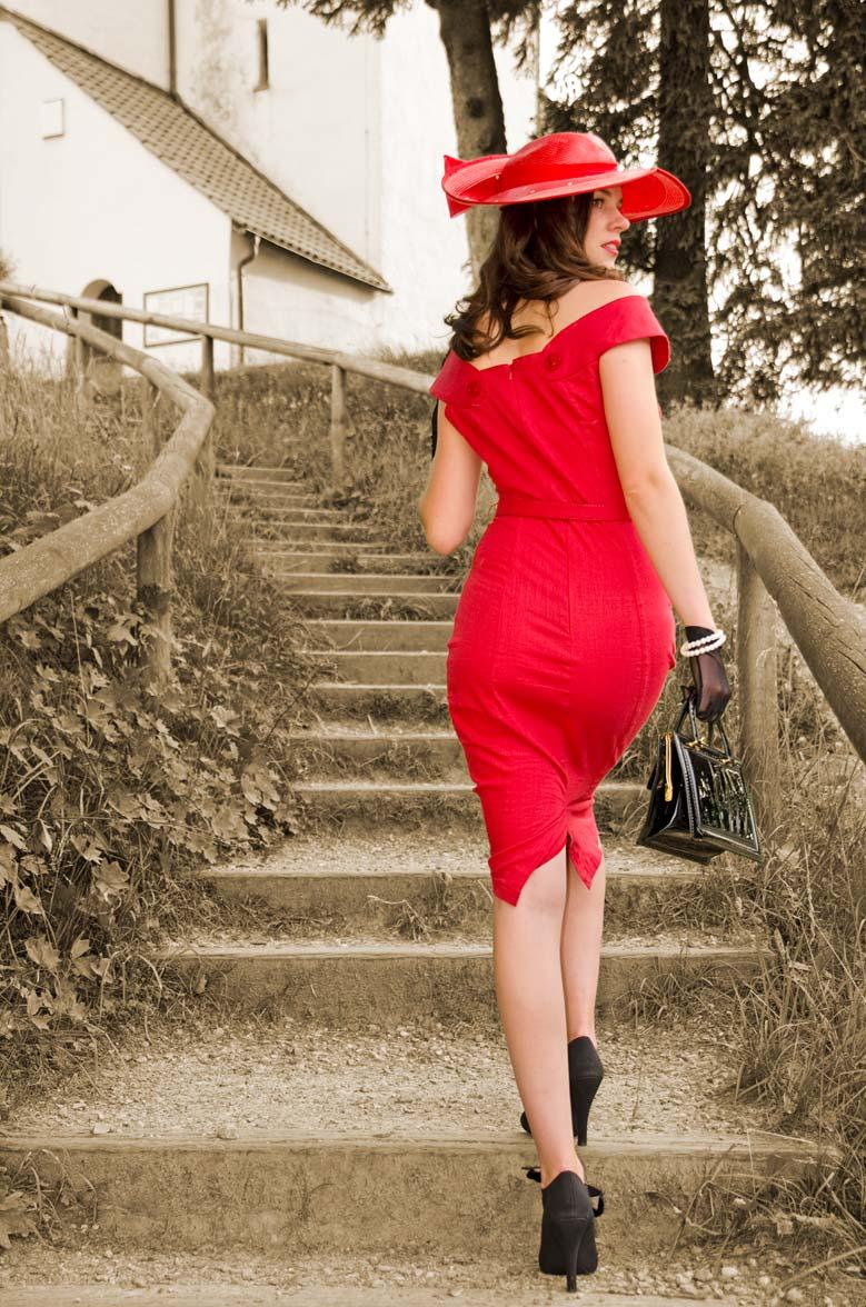 RetroCat mit rotem Kleid in der Rückansicht