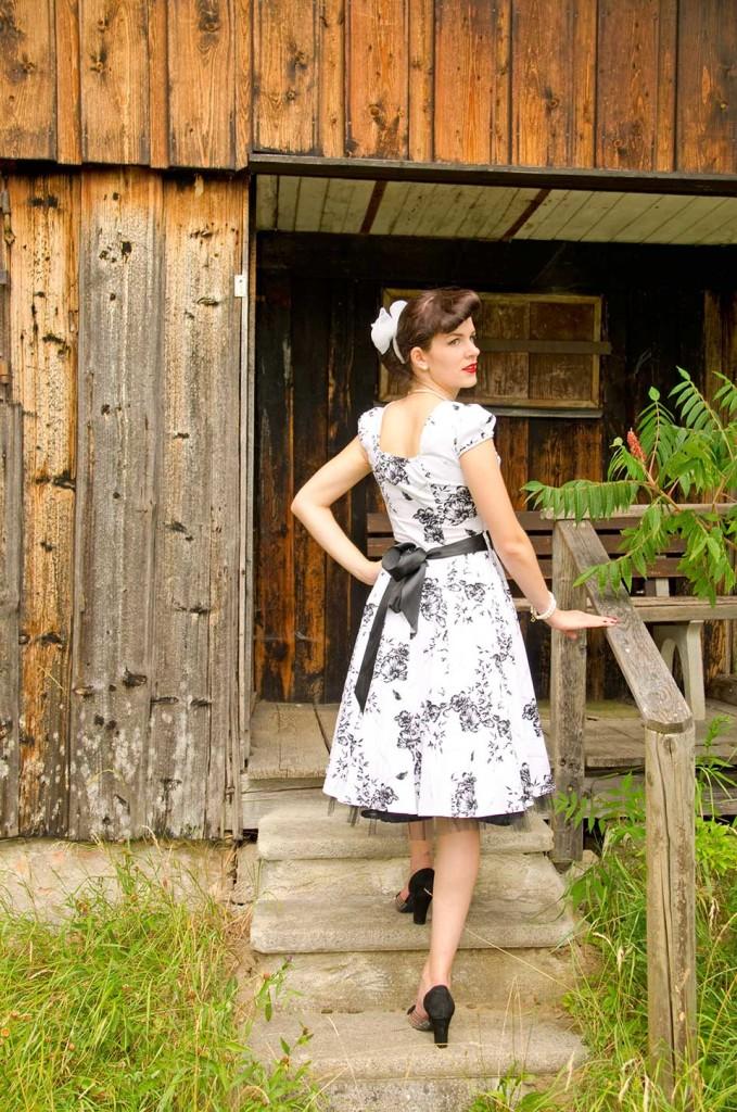 RetroCat im Schneewittchen-Look mit Swing-Kleid