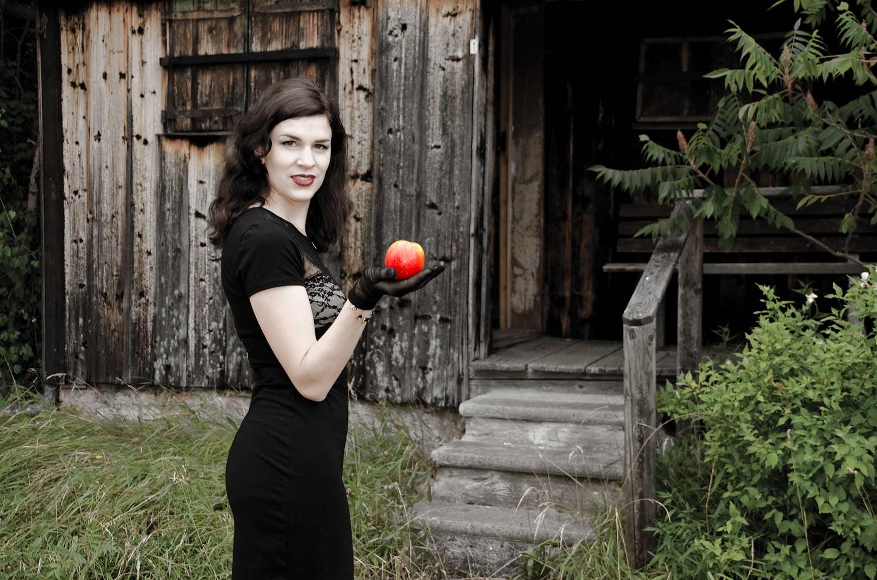 RetroCat mit Spitzenkleid und Apfel
