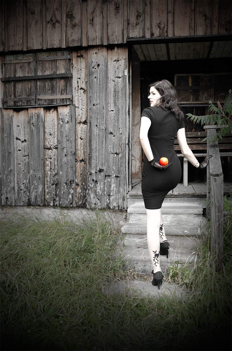 RetroCat mit einem Kleid von Vive Maria und bestickten Strumpfhosen
