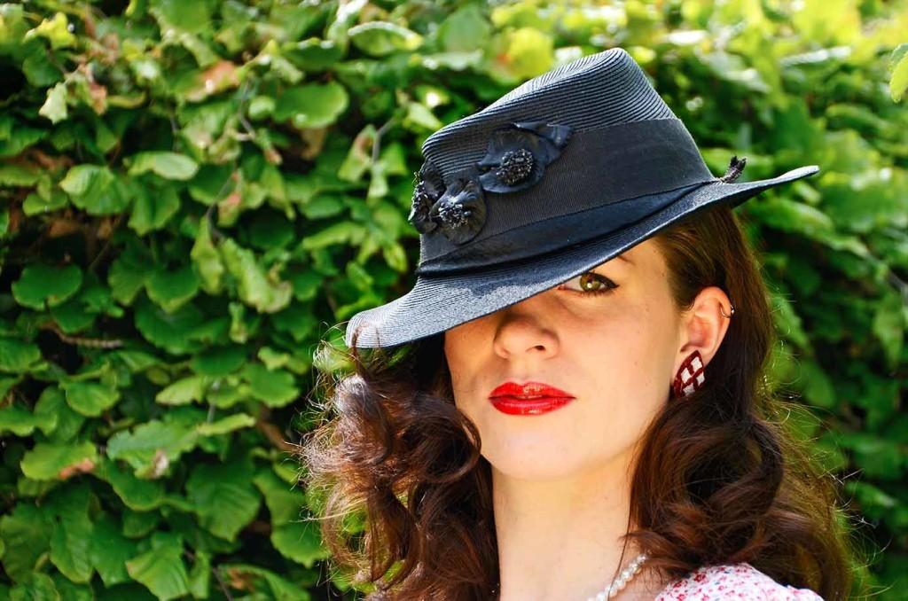 RetroCat mit Glitter Paradise Ohrclips und schwarzem Hut