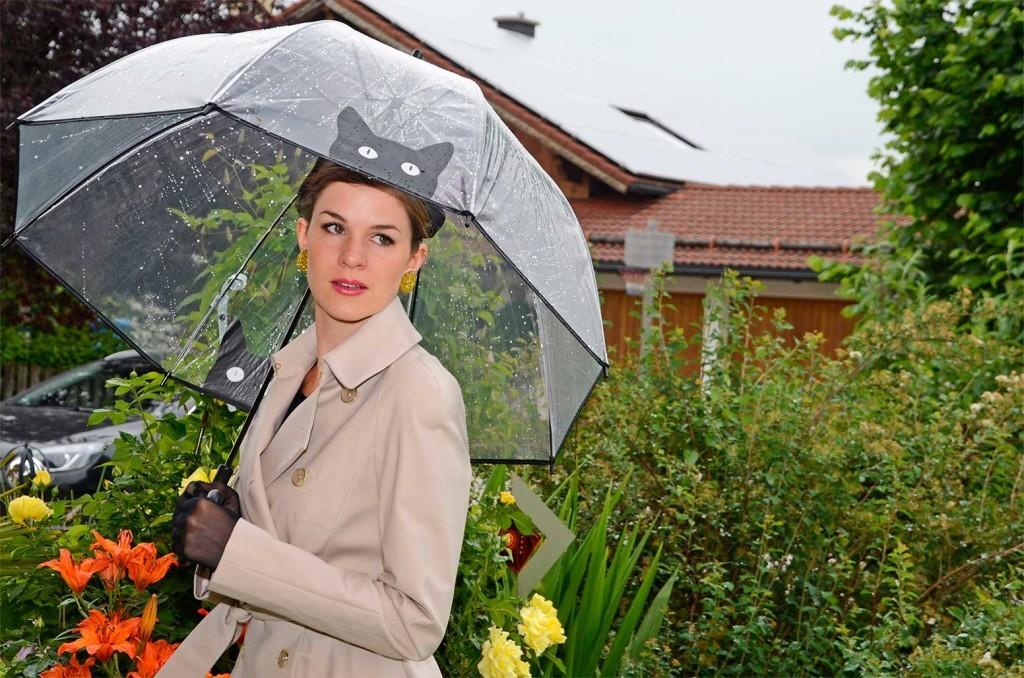 RetroCat mit Glitter Paradise Ohrringen und Regenschirm