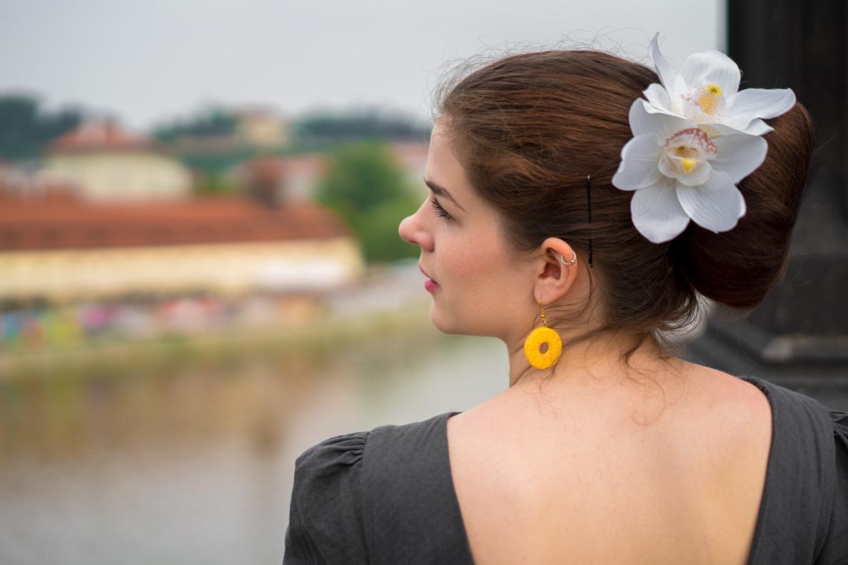 RetroCat mit Ohrringen in Form von Ananas-Scheiben
