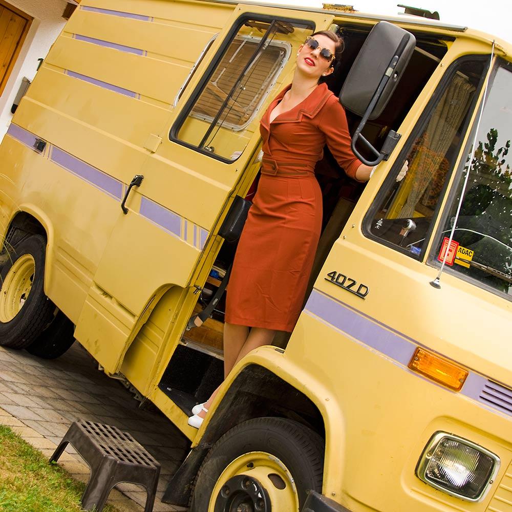 RetroCat im Oldtimer-Wohnmobil und Daisy-Dapper-Kleid