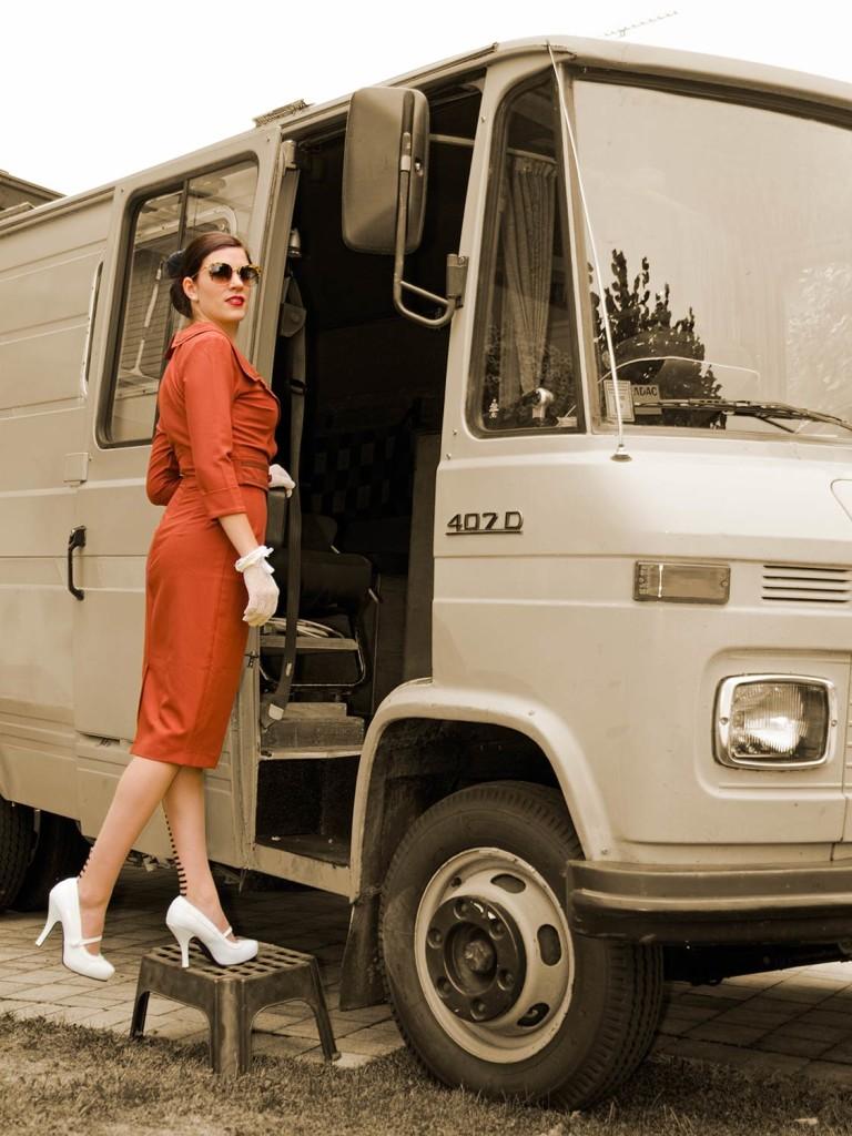 RetroCat in einem Kleid von Daisy Dapper