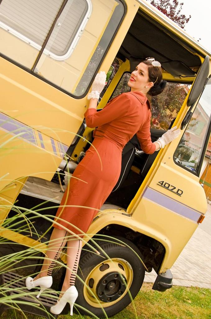 RetroCat beim Einstieg ins Wohnmobil mit Kleid von Daisy Dapper