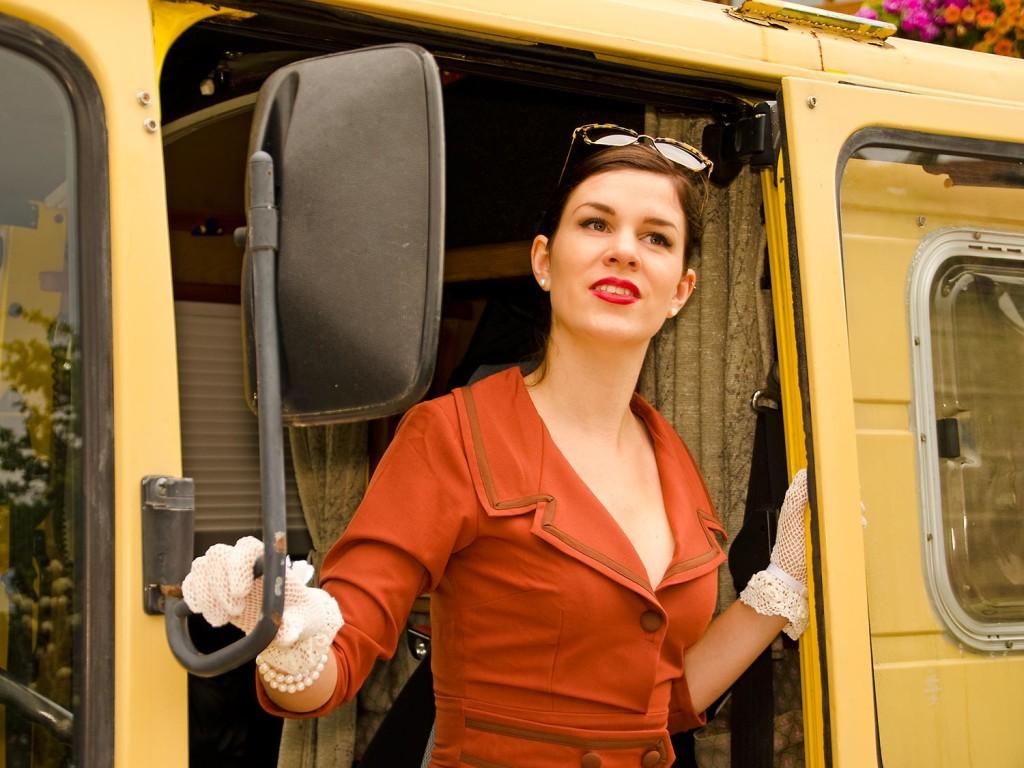 RetroCat im rostfarbenen Kleid von Daisy Dapper