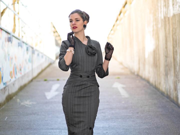 RetroCat in einem Wiggle Dress im Vintage-Stil