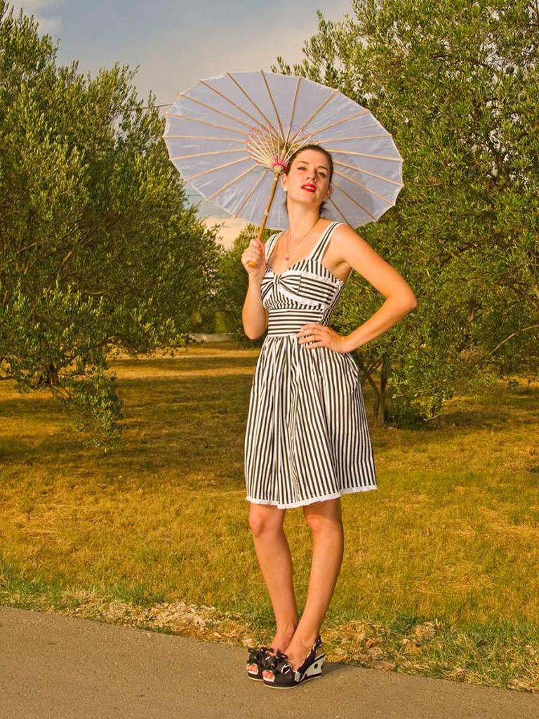 RetroCat im Ivana Dress von Hell Bunny
