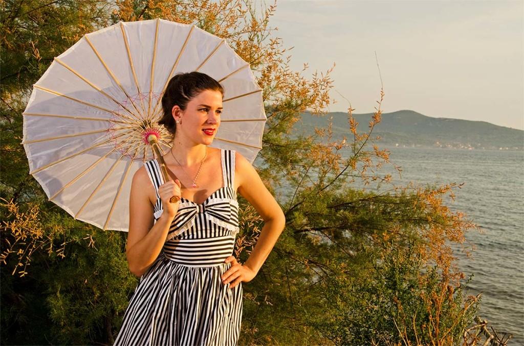RetroCat im Kleid von Hell Bunny und Sonnenschirm im Asia-Stil