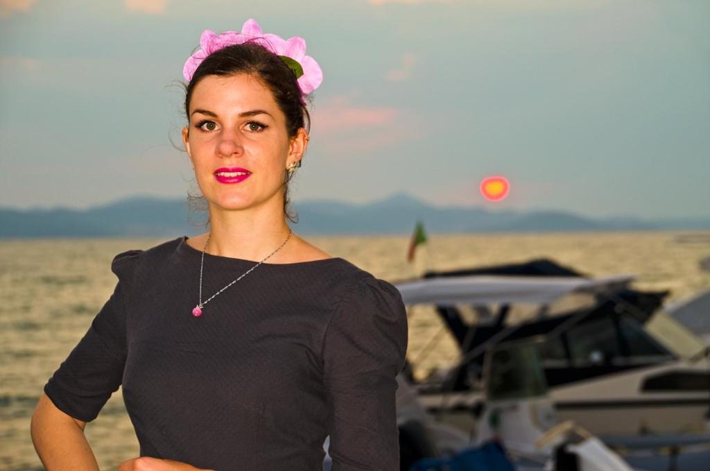 RetroCat mit pinken Accessoires, passend zum Von-50'-Kleid