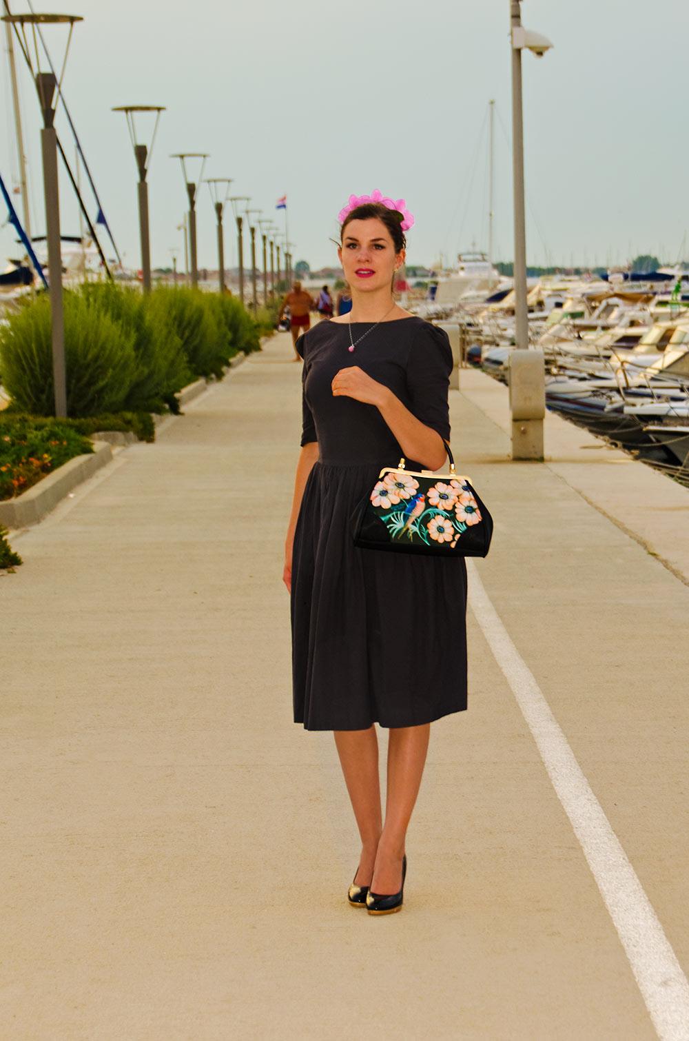 RetroCat im Von-50'-Kleid mit einer Tasche von Woody Ellen