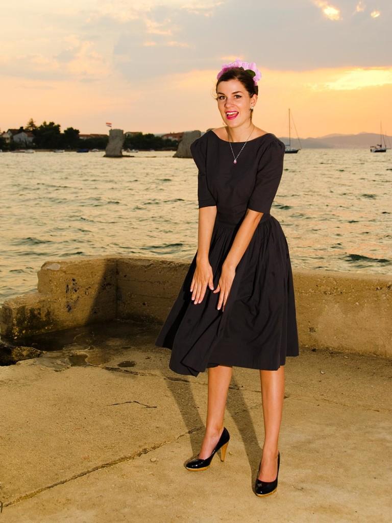 RetroCat im wehenden Von-50'-Kleid