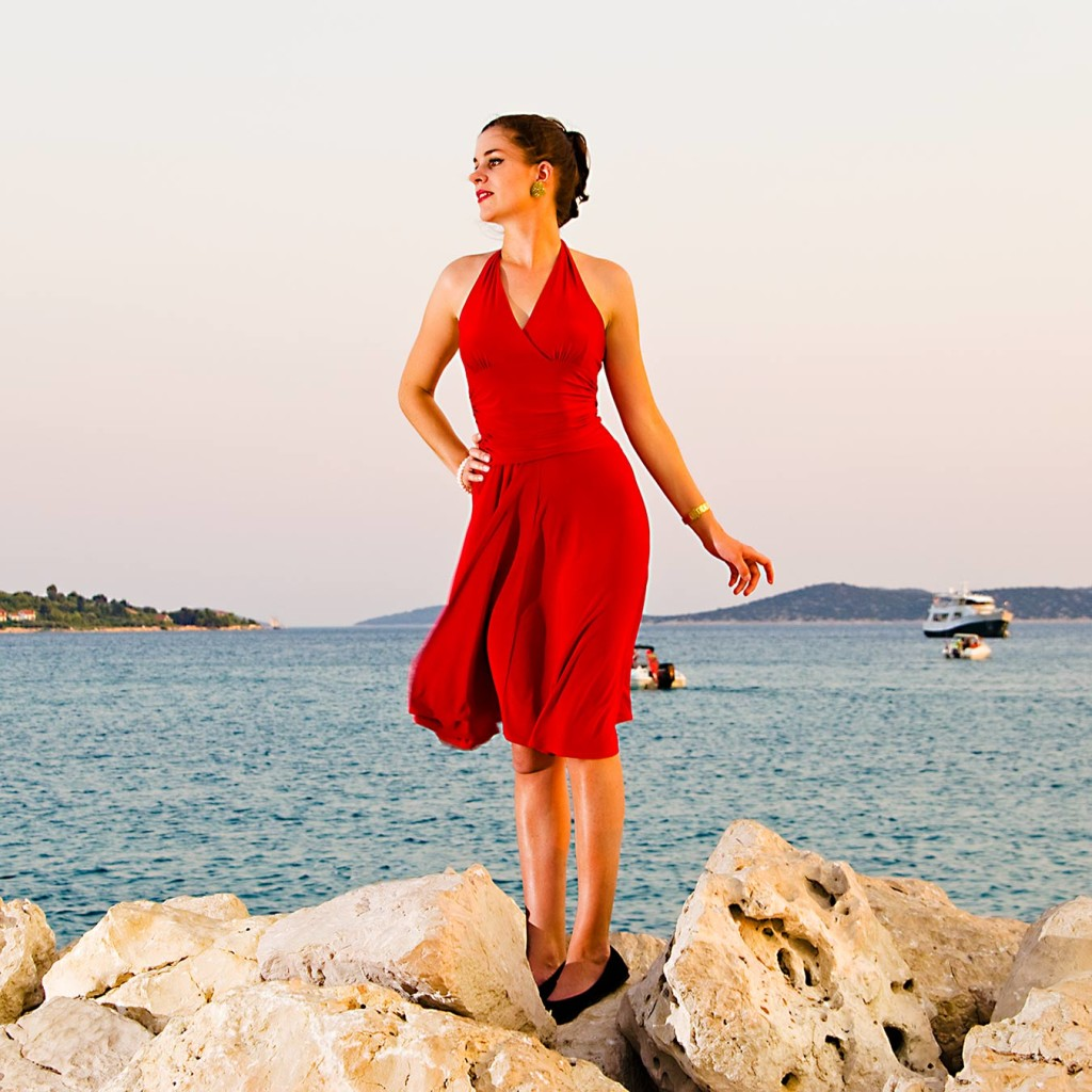 RetroCat in einem roten Kleid von Vintage Chic for TopVintage