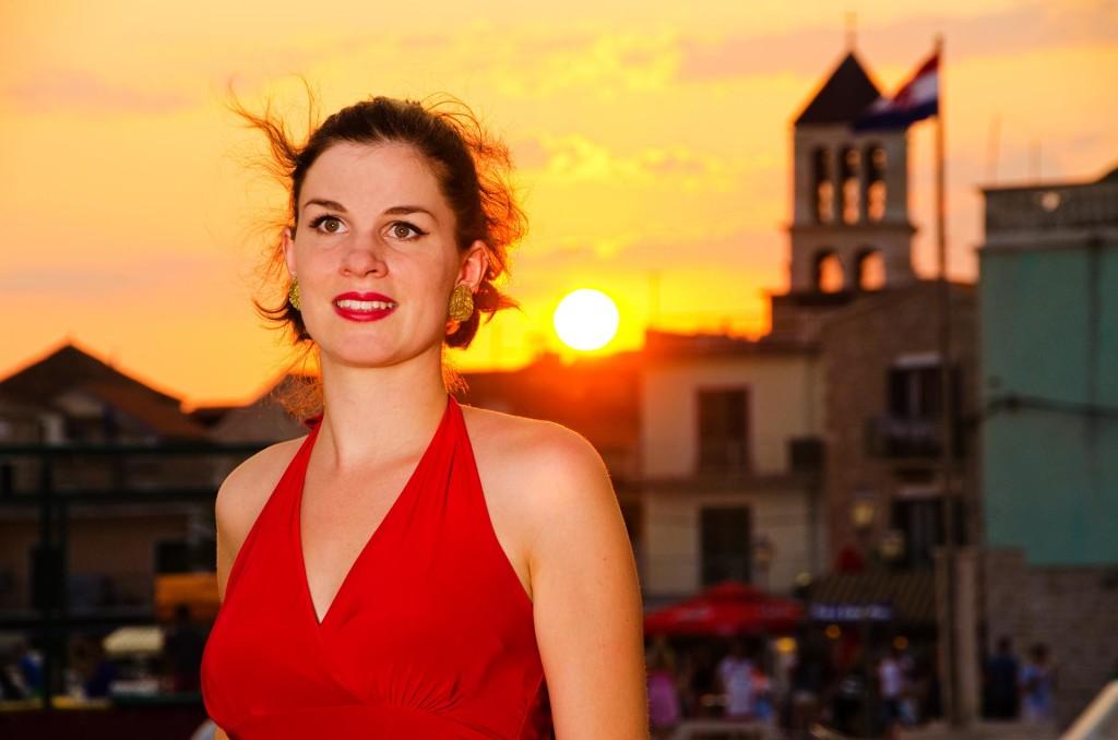 RetroCat mit rotem Kleid und Ohrringen von Glitter Paradise