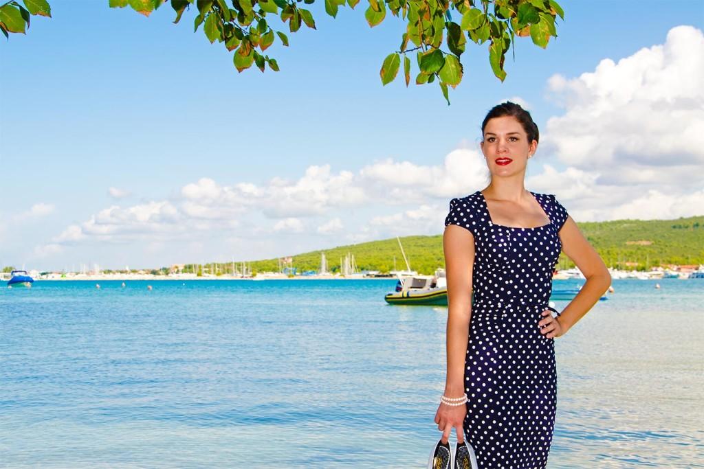 RetroCat im Kleid von Stop Staring! am Strand