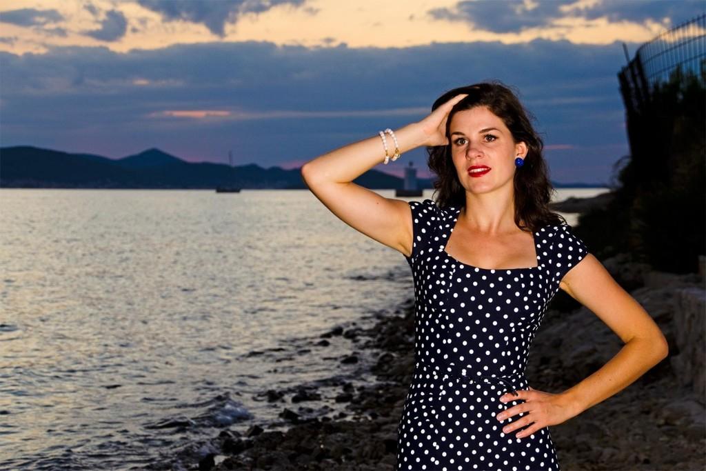 RetroCat im Stop Staring!-Kleid und Ohrringen von Glitter Paradise