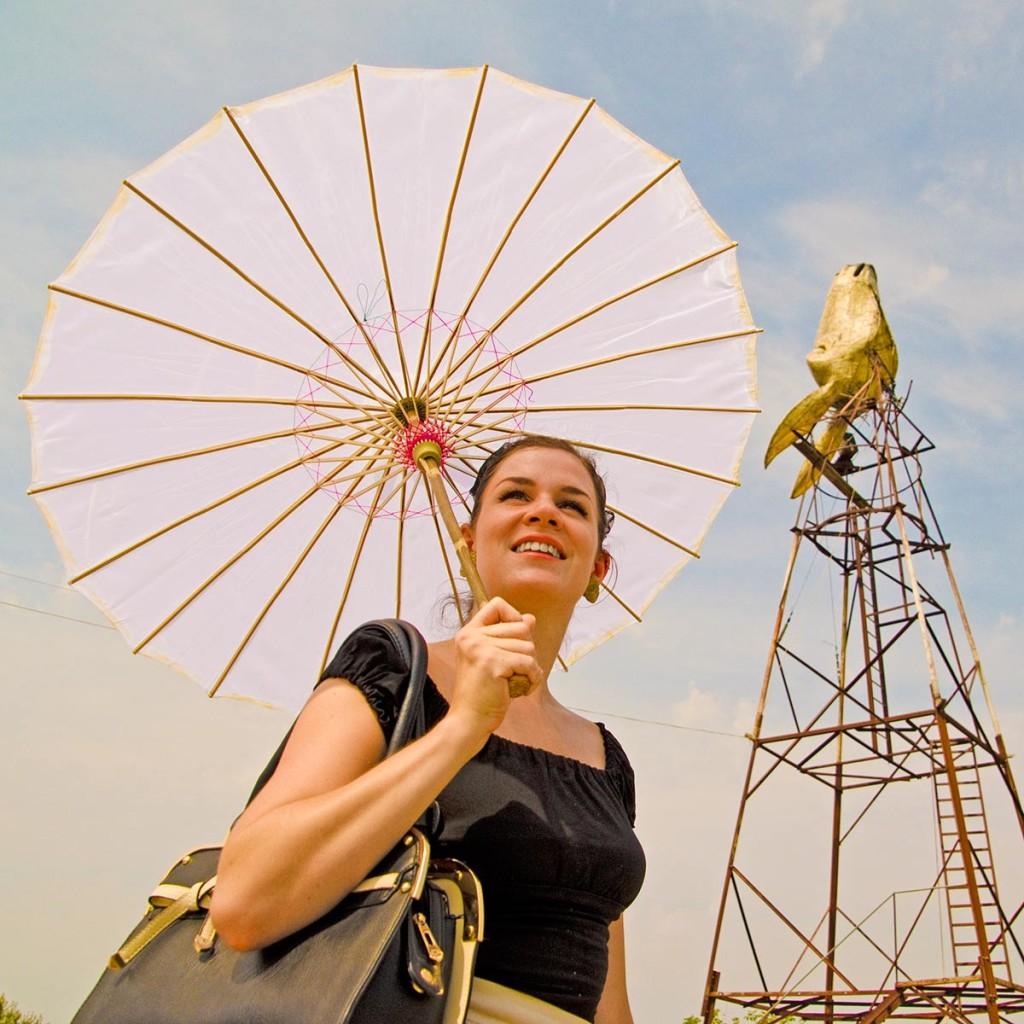 RetroCat vor dem Turm der Eselfarm Dar Mar