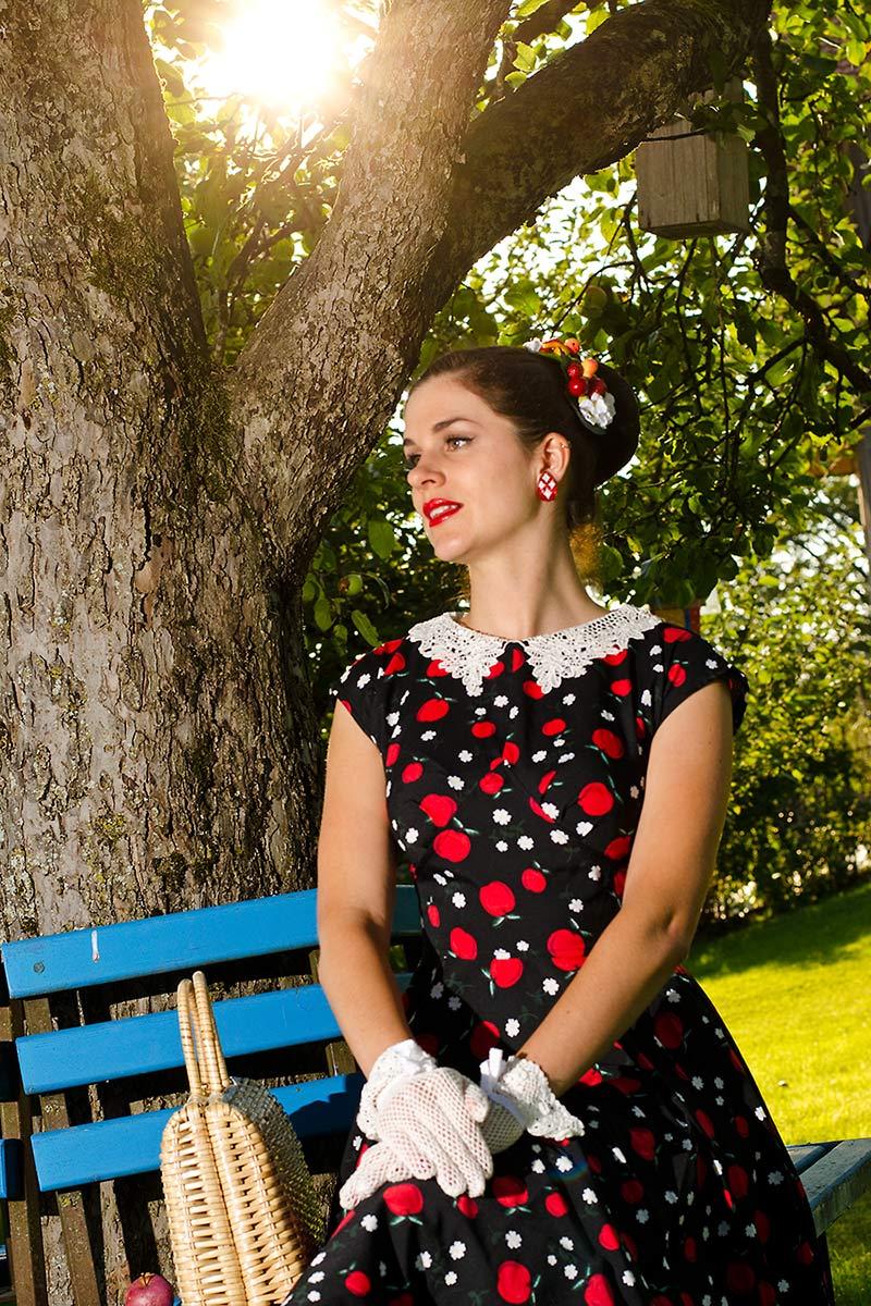 RetroCat mit Vintage-Tasche und Hell-Bunny-Kleid