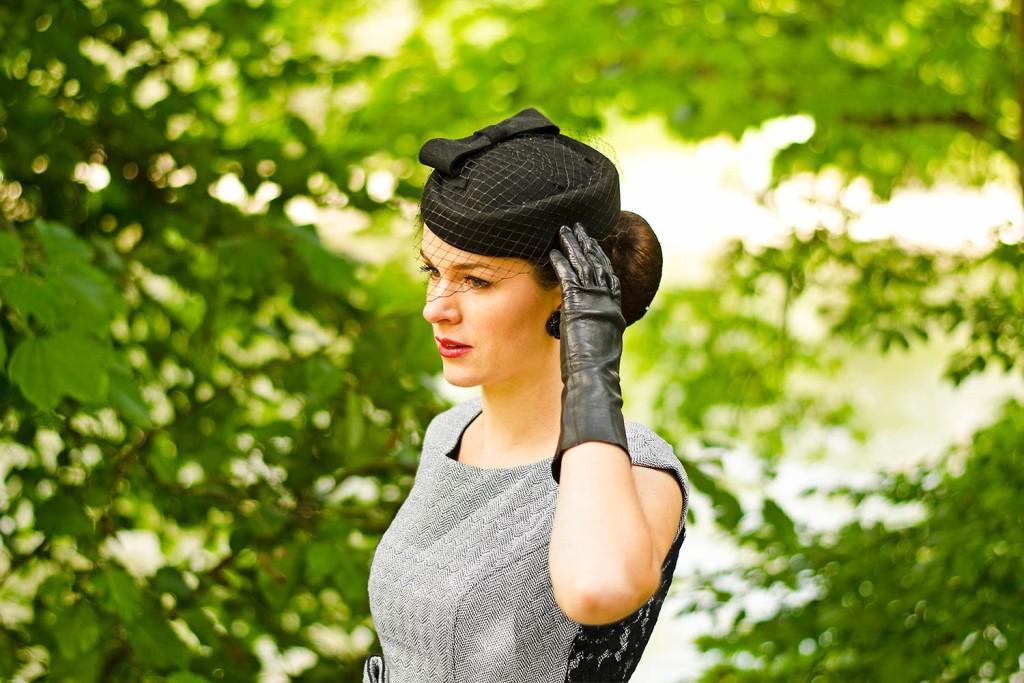 RetroCat mit einem Hut im Retro-Stil und Vintage-Handschuhen