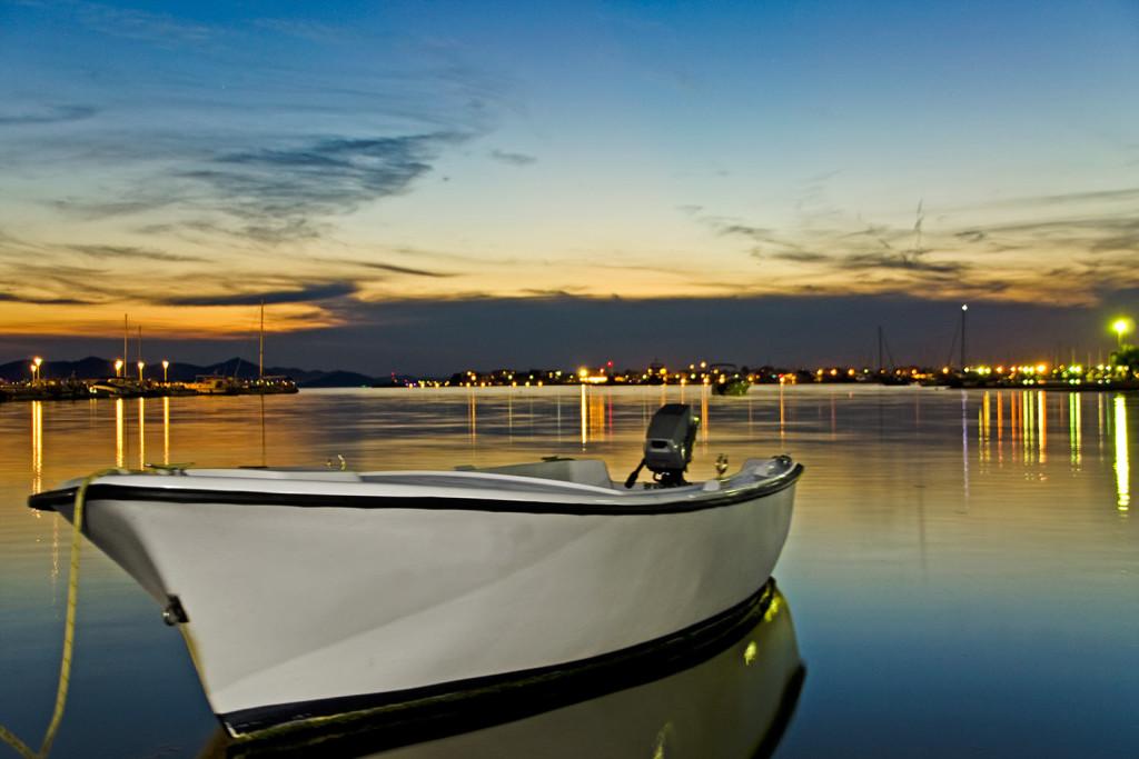 Ein einfaches Boot zur goldenen Stunde an der kroatischen Küste