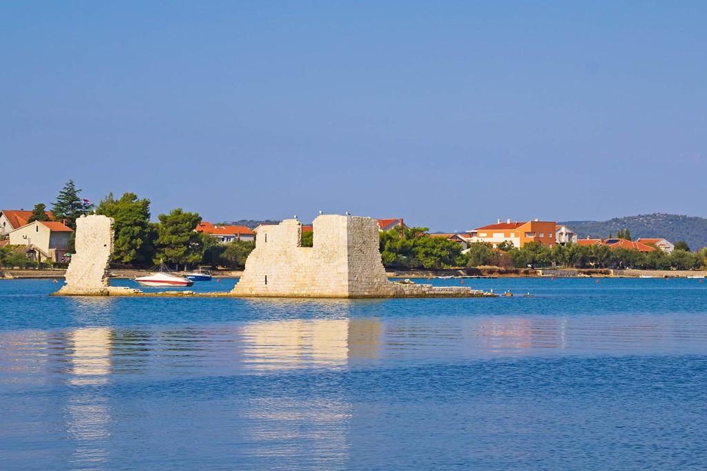 Eine Ruine im Meer von Kroatien