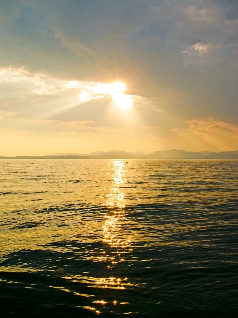 Die Sonne spiegelt sich in der kroatischen Adria