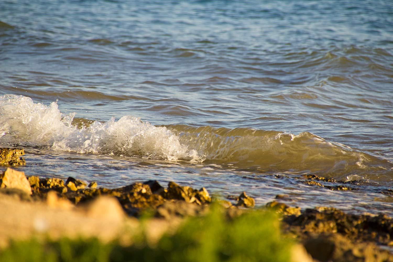Eine Welle am Meeresufer von Kroatien