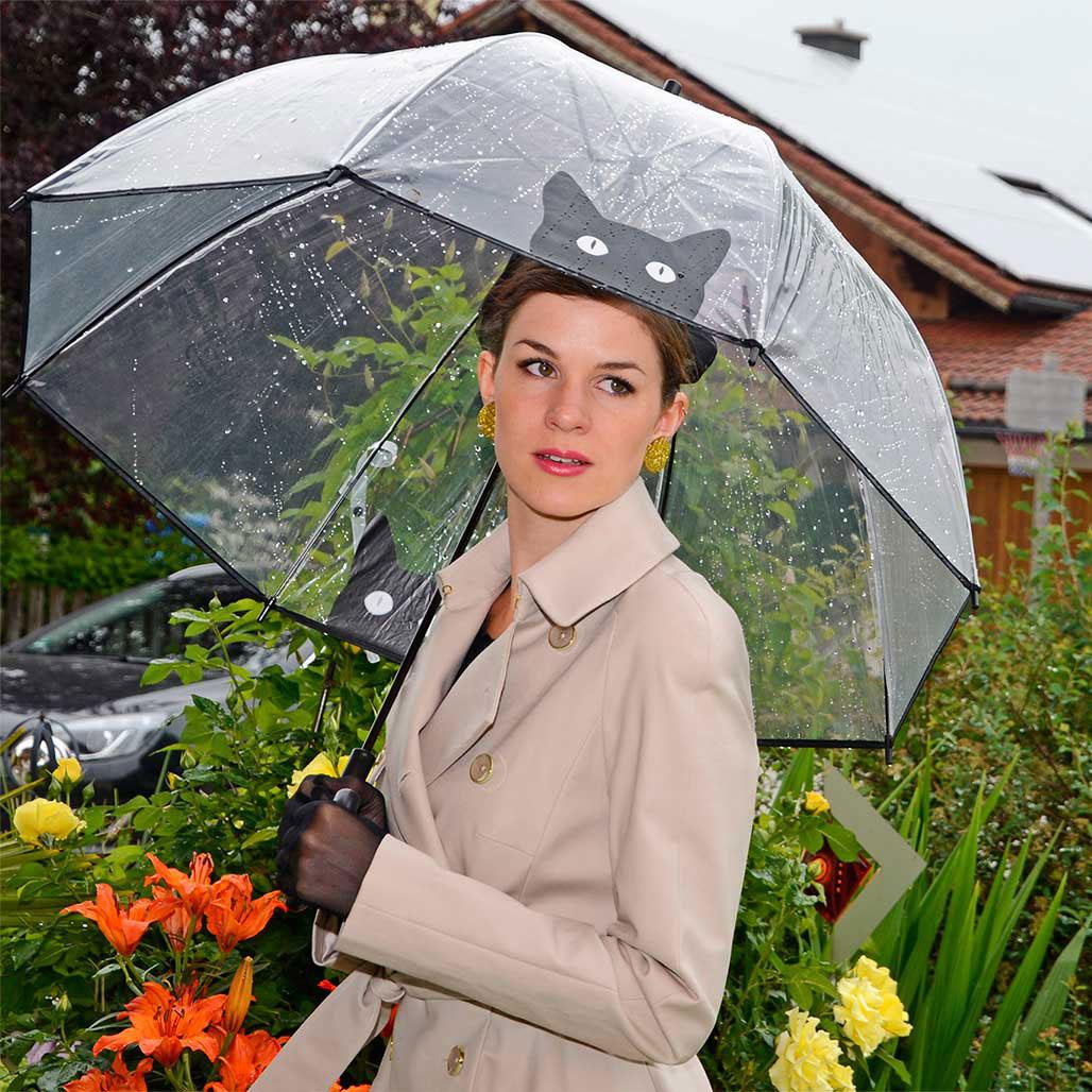 RetroCat mit Regenschirm und einem Mantel