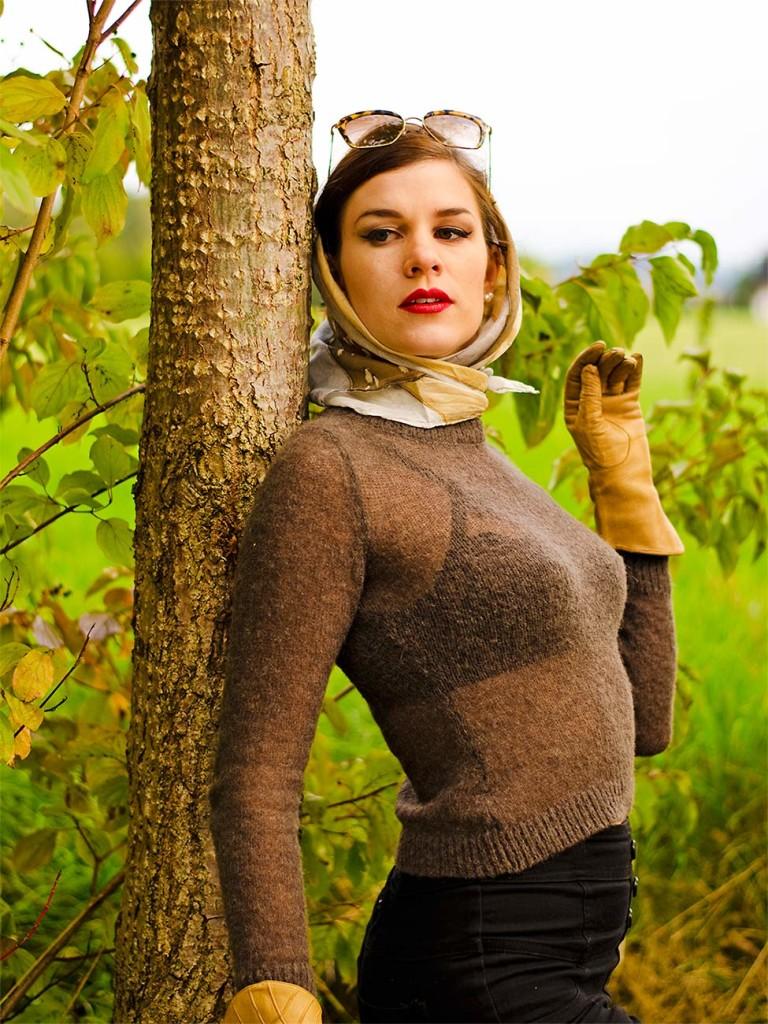 RetroCat im Pullover von Lena Hoschek und BH von Dita Von Teese