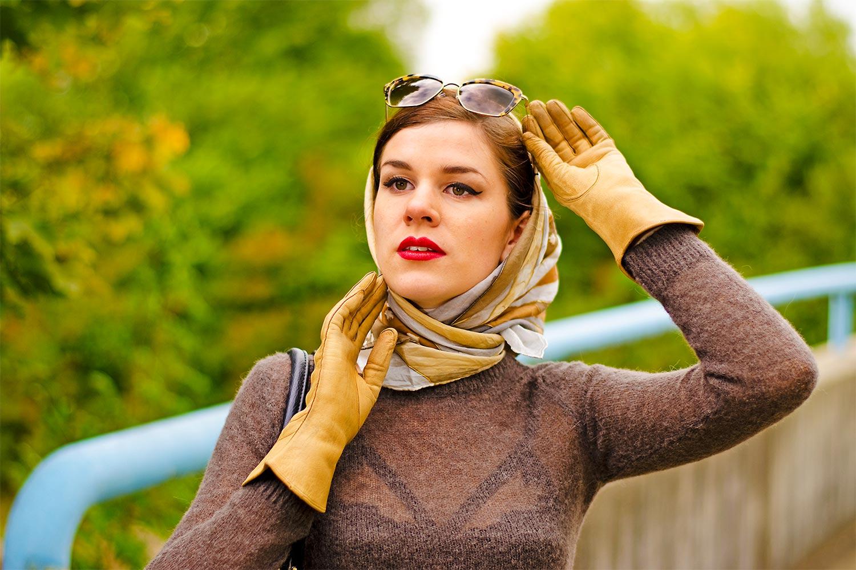 RetroCat mit Vintage-Handschuhen und Lena-Hoschek-Pullover