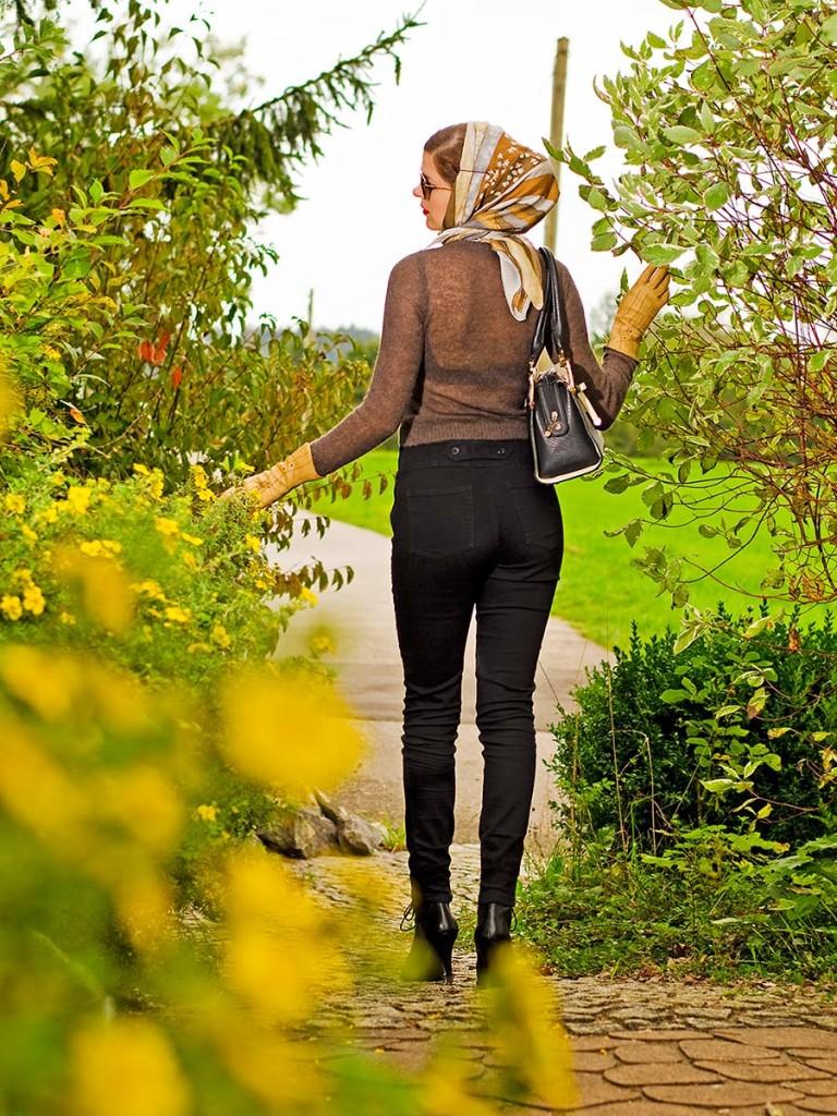 RetroCat mit Lena-Hoschek-Pullover und Steady-Clothing-Hose