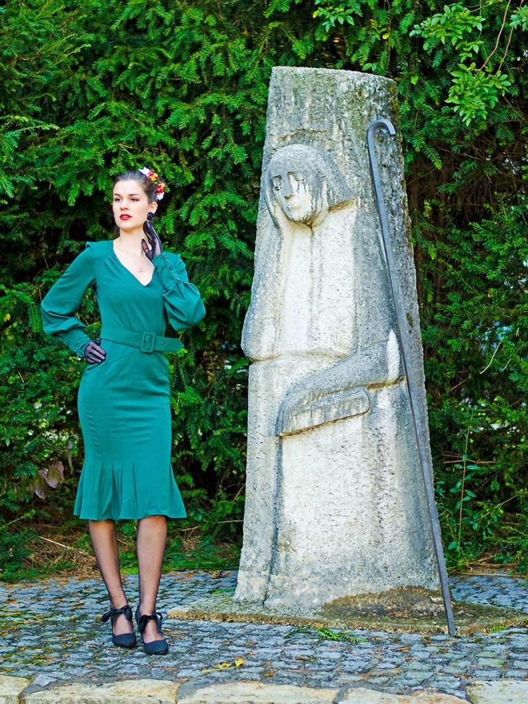 RetroCat mit grünem Kleid und Handschuhen