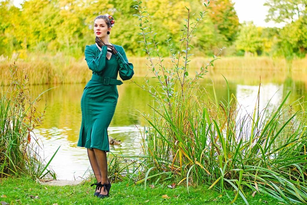 RetroCat im Kleid von Miss Candyfloss vor einem Teich