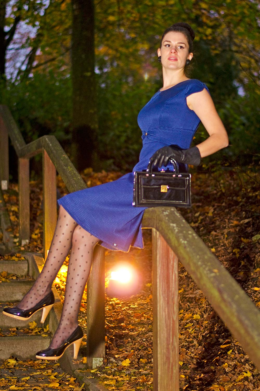 RetroCat in einem blauen Kleid von Mademoiselle Tambour