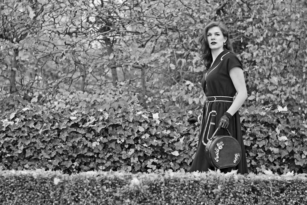 RetroCat mit einem Kleid von Ginger Jackie und einer Banned-Tasche