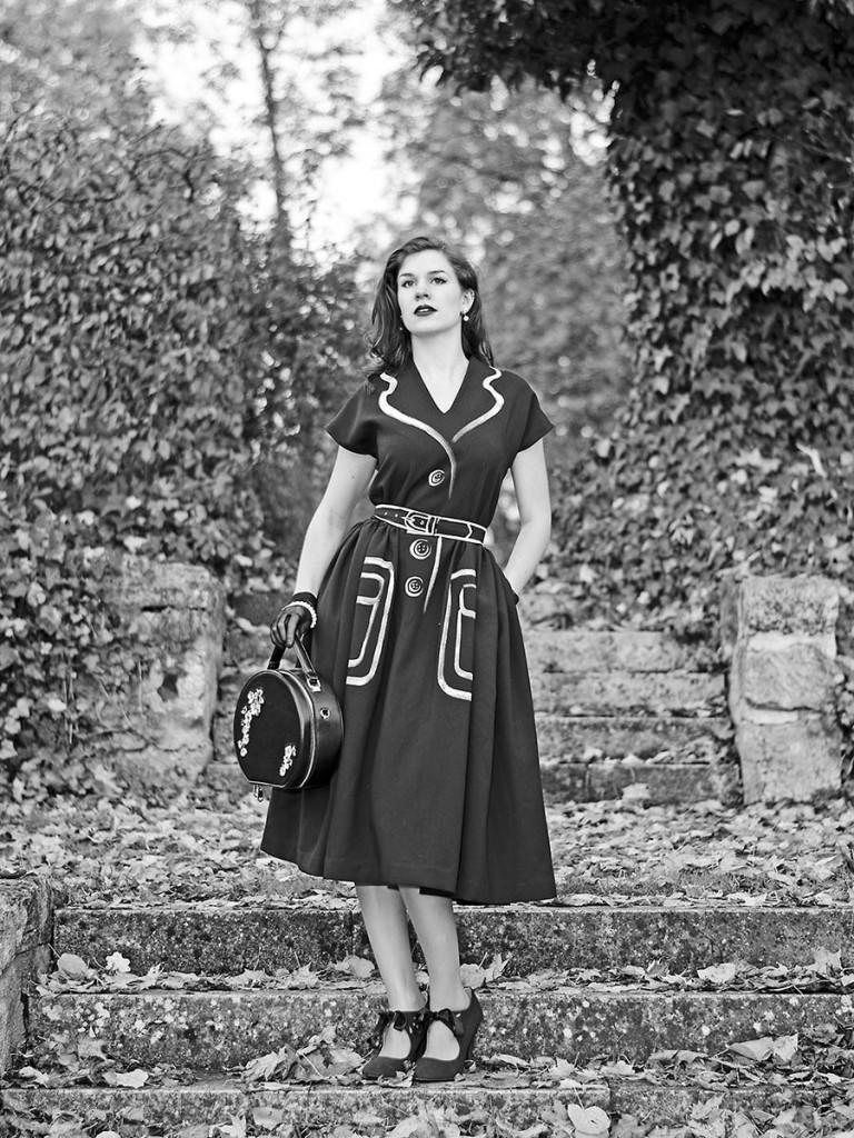 RetroCat in einem schwarzem Retro-Kleid