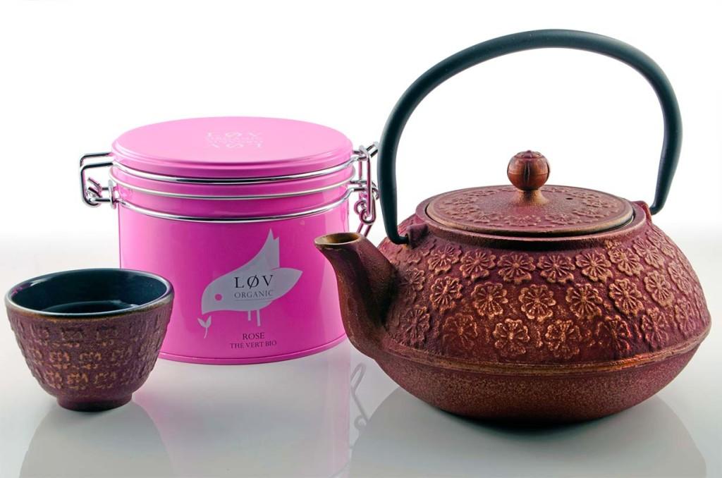 Der grüne Rosentee von Lov Organic mit einer Teekanne