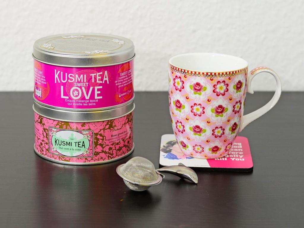 Zwei Teesorten von Kusmi mit einer Tasse von PiP Studio