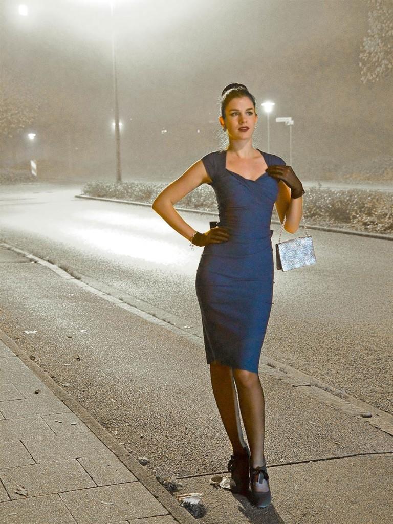 RetroCat im Kleid von Stop Staring! an einer Straße