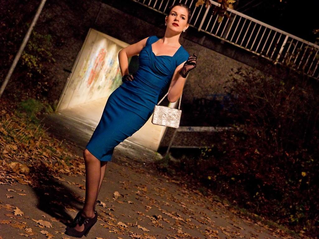 RetroCat in einem eleganten Abend-Outfit von Stop Staring!