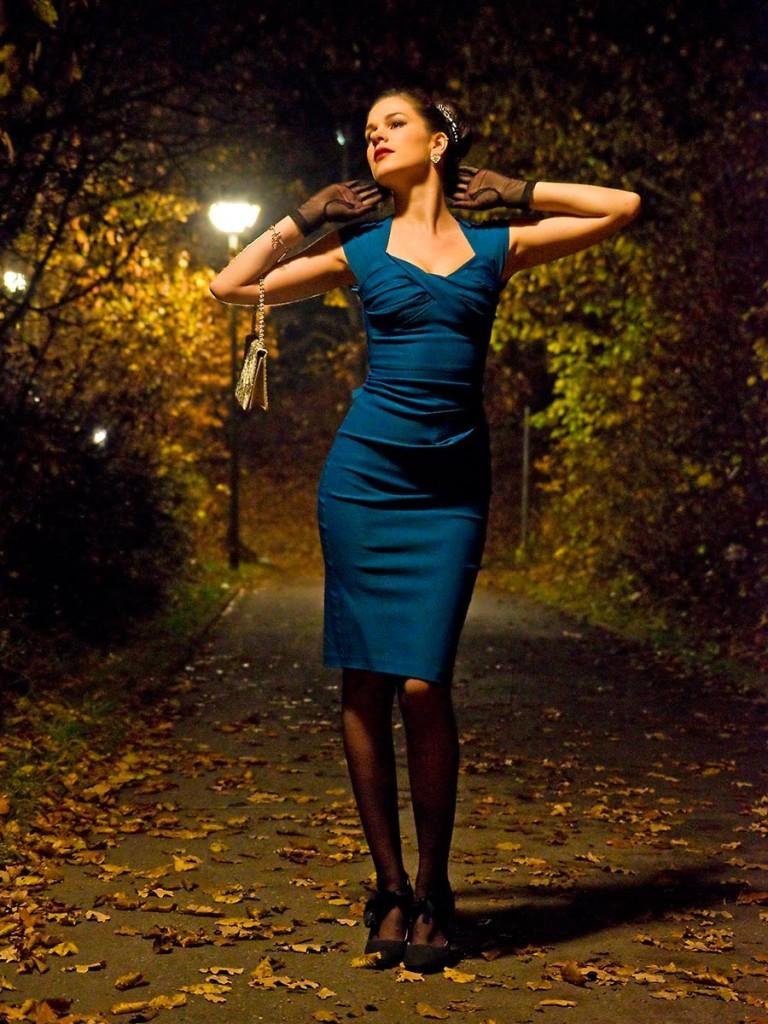 RetroCat in einem Kleid von Stop Staring! im Vintage-Stil